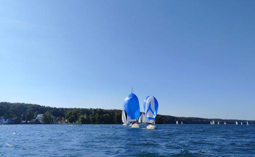Blauer Himmel und blau-weiße Segel